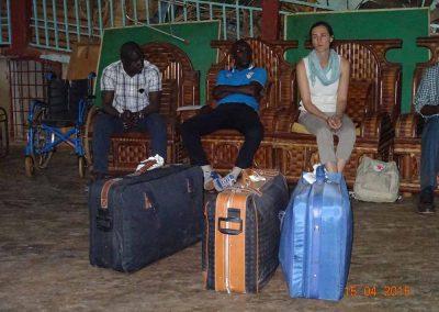3 Koffer mit Bettwäsche, Handtüchern und Schreibmaterial